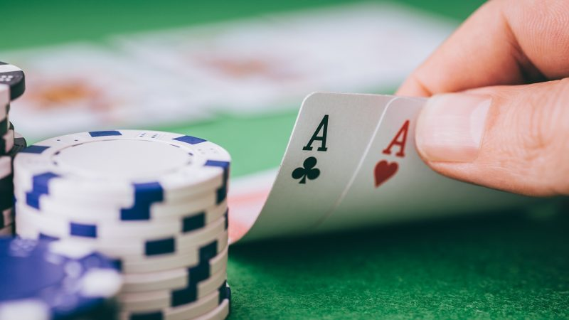 How to spot the bluff while playing online poker?